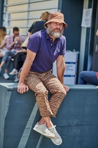 Beige bedruckte Chinohose kombinieren – 9 Herren Outfits: Entscheiden Sie sich für ein violettes Polohemd und eine beige bedruckte Chinohose für ein großartiges Wochenend-Outfit. Graue Leder niedrige Sneakers sind eine ideale Wahl, um dieses Outfit zu vervollständigen.