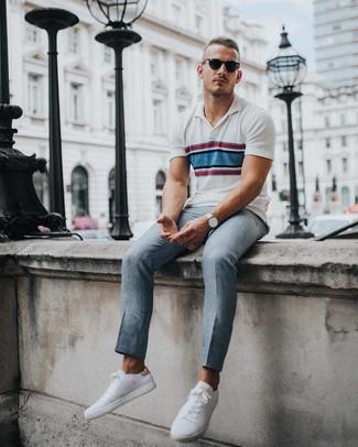 Wie kombinieren: weißes horizontal gestreiftes Polohemd, graue Anzughose, weiße niedrige Sneakers, silberne Uhr
