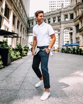 Wie kombinieren: weißes Polohemd, dunkelblaue Chinohose, weiße Segeltuch niedrige Sneakers, beige Lederuhr