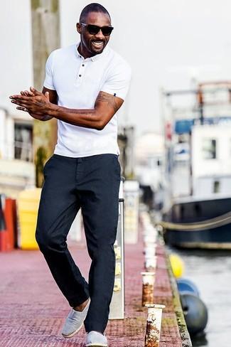 Idris Elba trägt Weißes Polohemd, Dunkelblaue Chinohose, Graue Slip-On Sneakers aus Segeltuch, Schwarze Sonnenbrille