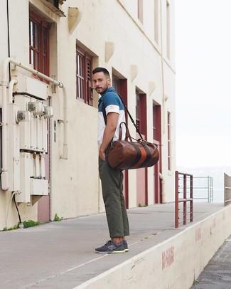 Wie kombinieren: weißes und dunkelblaues Polohemd, dunkelgrüne Chinohose, dunkelblaue niedrige Sneakers, braune Leder Reisetasche