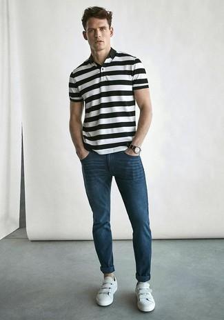 30 Jährige: Outfits Herren 2020: Entscheiden Sie sich für ein weißes und schwarzes horizontal gestreiftes Polohemd und eine dunkelblaue Chinohose für ein sonntägliches Mittagessen mit Freunden. Weiße Leder niedrige Sneakers sind eine großartige Wahl, um dieses Outfit zu vervollständigen.