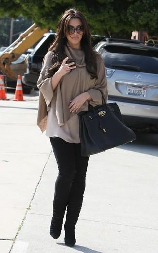 Kim Kardashian trägt Beige Poncho, Schwarze Enge Jeans, Schwarze Wildleder Mittelalte Stiefel, Schwarze Shopper Tasche aus Leder