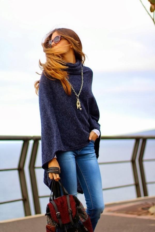 d51afa151b26 Wie kombinieren  dunkelblauer Poncho, blaue enge Jeans, roter Rucksack,  goldener Anhänger