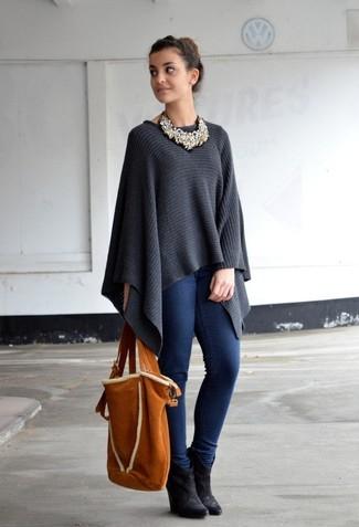 Wie kombinieren: dunkelgrauer Poncho, dunkelblaue enge Jeans, schwarze Keilstiefeletten aus Wildleder, rotbraune Shopper Tasche aus Wildleder