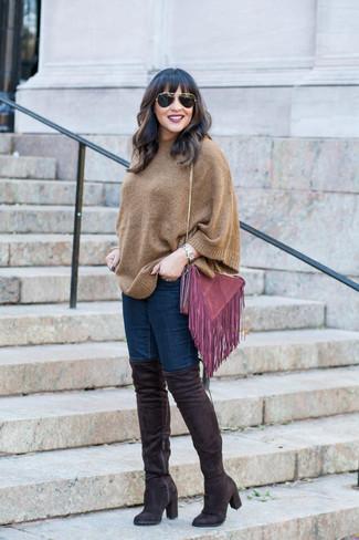 Wie kombinieren: brauner Poncho, dunkelblaue enge Jeans, schwarze Overknee Stiefel aus Wildleder, lila Wildleder Umhängetasche