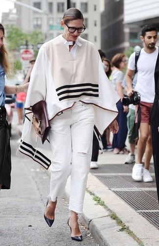 40 Jährige: Outfits Damen 2020: Um ein auffälliges Alltags-Outfit zu kreieren, sind ein hellbeige horizontal gestreifter Poncho und weiße Jeans mit Destroyed-Effekten ganz besonders gut geeignet. Vervollständigen Sie Ihr Look mit dunkelblauen leder pumps.