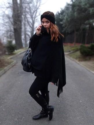 Wie kombinieren: schwarzer Poncho, schwarze kniehohe Stiefel aus Leder, schwarze Shopper Tasche aus Leder, schwarzes Strick Haarband