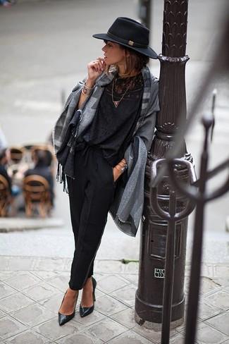 Wie kombinieren: grauer Poncho mit Schottenmuster, schwarze Spitze Langarmbluse, schwarze Karottenhose, schwarze Leder Pumps
