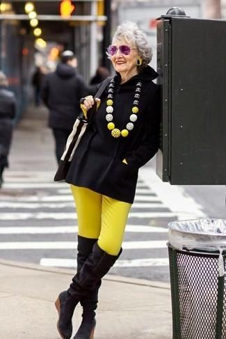 Overknee Stiefel kombinieren: trends 2020: Um ein harmonisches, lässiges Outfit zu kreieren, sind ein schwarzer Poncho und eine gelbe enge Hose ganz gut geeignet. Overknee Stiefel sind eine ideale Wahl, um dieses Outfit zu vervollständigen.