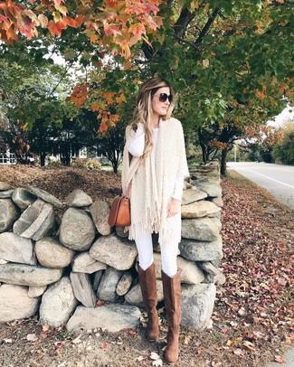 Braune kniehohe Stiefel aus Wildleder kombinieren – 18 Damen Outfits warm Wetter: Um eine lässige und coole Silhouette zu formen, entscheiden Sie sich für einen hellbeige Strick Poncho und weißen enge Jeans. Fühlen Sie sich ideenreich? Ergänzen Sie Ihr Outfit mit braunen kniehohe Stiefeln aus Wildleder.
