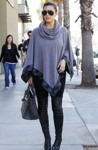 Kim Kardashian trägt Grauer Poncho, Schwarze Leggings, Schwarze Overknee Stiefel aus Leder, Dunkelgraue Shopper Tasche aus Leder