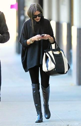 Wie kombinieren: dunkelgrauer Poncho, schwarze Leggings, schwarze Overknee Stiefel aus Leder, weiße und schwarze Shopper Tasche aus Leder