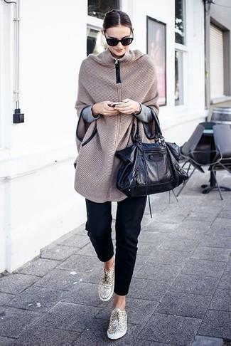 Wie kombinieren: hellbeige Strick Poncho, grauer Pullover mit einem Rundhalsausschnitt, schwarze enge Hose, goldene niedrige Sneakers