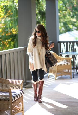Wie kombinieren: hellbeige Poncho, weißer und dunkelblauer horizontal gestreifter Pullover mit einem Rundhalsausschnitt, schwarze Leggings, braune kniehohe Stiefel aus Leder