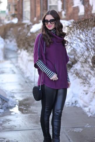 Wie kombinieren: lila Poncho, weißer und schwarzer horizontal gestreifter Rollkragenpullover, schwarze Lederleggings, schwarze Leder Stiefeletten
