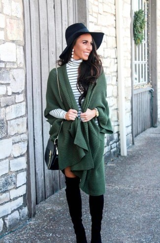 Wie kombinieren: dunkelgrüner Poncho, weißer und schwarzer horizontal gestreifter Rollkragenpullover, schwarze Overknee Stiefel aus Wildleder, schwarze Leder Umhängetasche
