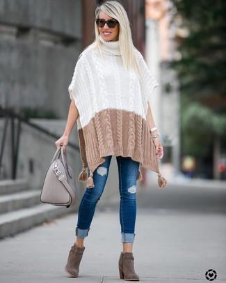Wie kombinieren: weißer Strick Poncho, blaue enge Jeans mit Destroyed-Effekten, graue Wildleder Stiefeletten, graue Shopper Tasche aus Leder