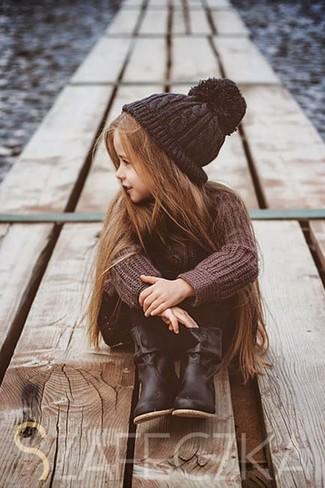 Wie kombinieren: brauner Pullover, schwarze Leggings, schwarze Stiefel, schwarze Mütze