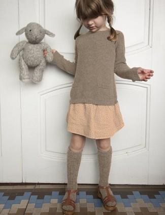 Wie kombinieren: brauner Pullover, hellbeige gepunkteter Rock, braune Sandalen, braune Socke