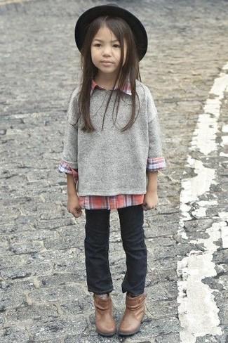 Wie kombinieren: grauer Pullover, rotes Businesshemd, schwarze Jeans, braune Stiefel