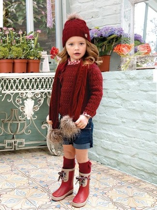Wie kombinieren: roter Pullover, rotes Businesshemd, dunkelblaue Shorts, rote Gummistiefel