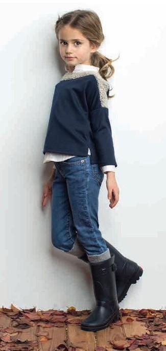 Wie kombinieren: dunkelblauer Pullover, weißes Businesshemd, blaue Jeans, schwarze Gummistiefel