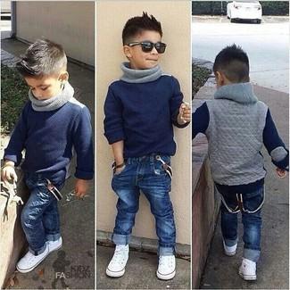 Wie kombinieren: dunkelblauer Pullover, dunkelblaue Jeans, weiße Turnschuhe, grauer Schal