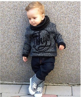 Wie kombinieren: dunkelgrauer Pullover, dunkelblaue Jeans, graue Turnschuhe, schwarzer Schal
