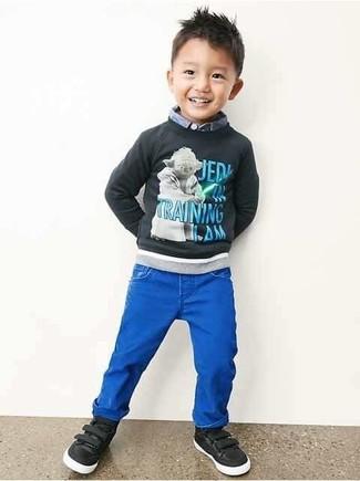 Wie kombinieren: dunkelgrauer bedruckter Pullover, hellblaues Langarmhemd, blaue Jeans, schwarze Turnschuhe