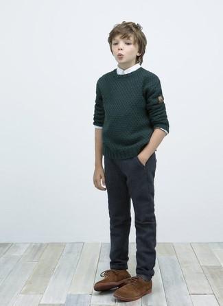 Wie kombinieren: dunkelgrüner Pullover, weißes Langarmhemd, dunkelgraue Hose, braune Oxford Schuhe