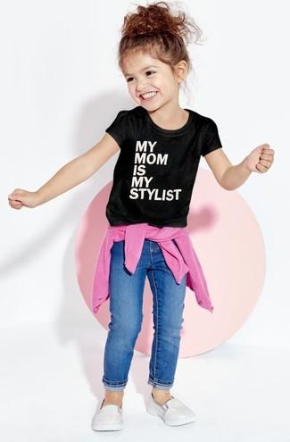 Wie kombinieren: fuchsia Pullover, schwarzes und weißes bedrucktes T-shirt, blaue Jeans, silberne Turnschuhe