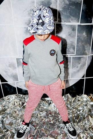 Wie kombinieren: grauer Pullover, rote Jogginghose, schwarze Turnschuhe, graue Baseballkappe