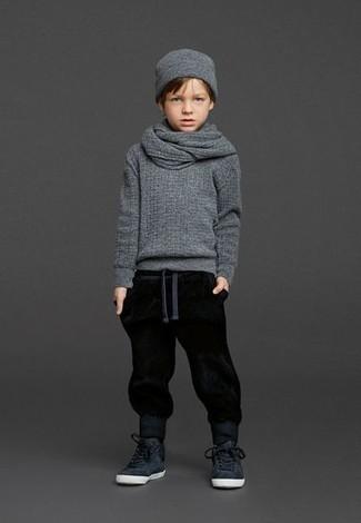 Wie kombinieren: grauer Pullover, schwarze Jogginghose, schwarze Turnschuhe, graue Mütze
