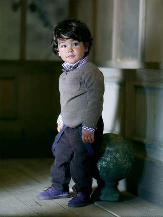 Wie kombinieren: grauer Pullover, dunkelblaues Langarmhemd, dunkelblaue Jeans, dunkelblaue Stiefel