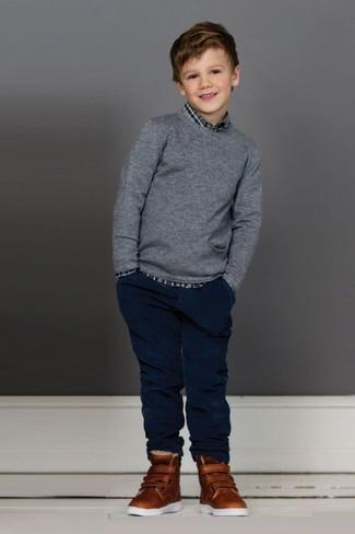 Wie kombinieren: grauer Pullover, graues Langarmhemd mit Schottenmuster, dunkelblaue Jeans, braune Turnschuhe