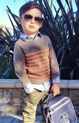 Wie kombinieren: grauer Pullover, hellblaues Langarmhemd, olivgrüne Hose, blauer Rucksack