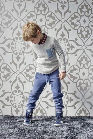 Wie kombinieren: grauer Pullover, rotes Langarmhemd, blaue Hose, dunkelblaue Turnschuhe