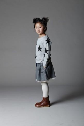 Wie kombinieren: grauer Pullover mit Sternenmuster, grauer Rock, dunkelbraune Stiefel aus Leder, weiße Strumpfhose
