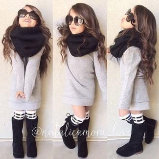 Wie kombinieren: grauer Pullover, schwarze Stiefel, schwarzer Schal, weiße und schwarze horizontal gestreifte Socke