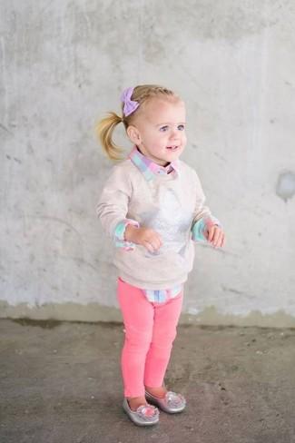 Wie kombinieren: hellbeige Pullover, rosa Businesshemd mit Karomuster, fuchsia Jeans, silberne Ballerinas