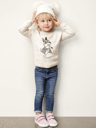 Wie kombinieren: hellbeige Pullover, dunkelblaue Jeans, rosa Turnschuhe, weiße Mütze