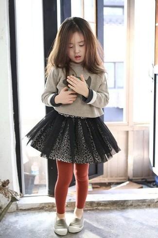Wie kombinieren: hellbeige bedruckter Pullover, grauer Tüllrock, graue Slipper, rote Strumpfhose