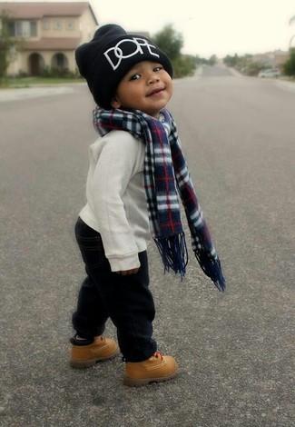 Wie kombinieren: weißer Pullover, schwarze Hose, beige Stiefel, schwarze Mütze