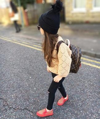 Wie kombinieren: beige Pullover, schwarze Jeans, rote Turnschuhe, dunkelbrauner Rucksack