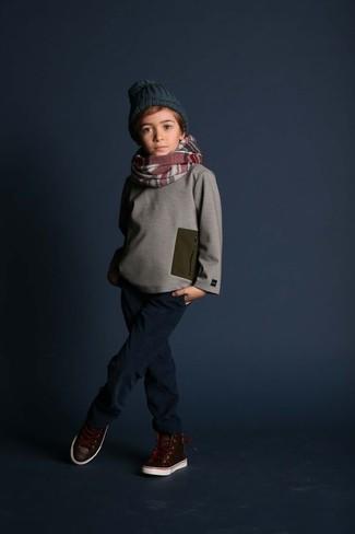 Wie kombinieren: grauer Pullover, dunkelblaue Jeans, dunkelbraune Leder Turnschuhe, dunkelgrüne Mütze