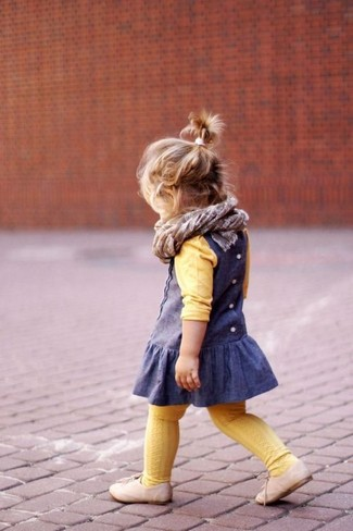 Wie kombinieren: gelber Pullover, blaues Kleid, hellbeige Oxford Schuhe, grauer Schal