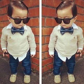 Wie kombinieren: hellbeige Pullover, weißes Langarmhemd, dunkelblaue Jeans, hellbeige Slipper