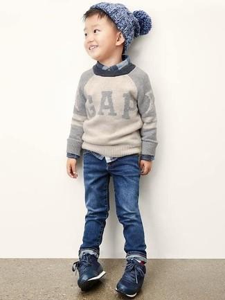 Wie kombinieren: grauer Pullover, dunkelblaues Langarmhemd mit Schottenmuster, dunkelblaue Jeans, dunkelblaue Turnschuhe
