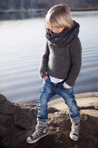 Wie kombinieren: dunkelgrauer Pullover, weißes Langarmshirt, blaue Jeans, graue Turnschuhe